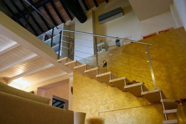 Scala in legno sbiancato:  Corridor & hallway by Devincenti Multiliving