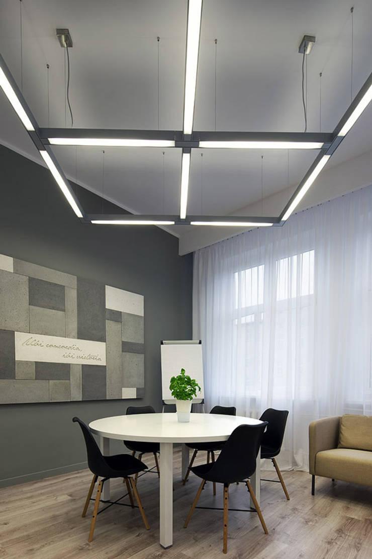 Biuro Mediatora: styl , w kategorii Domowe biuro i gabinet zaprojektowany przez musk collective design