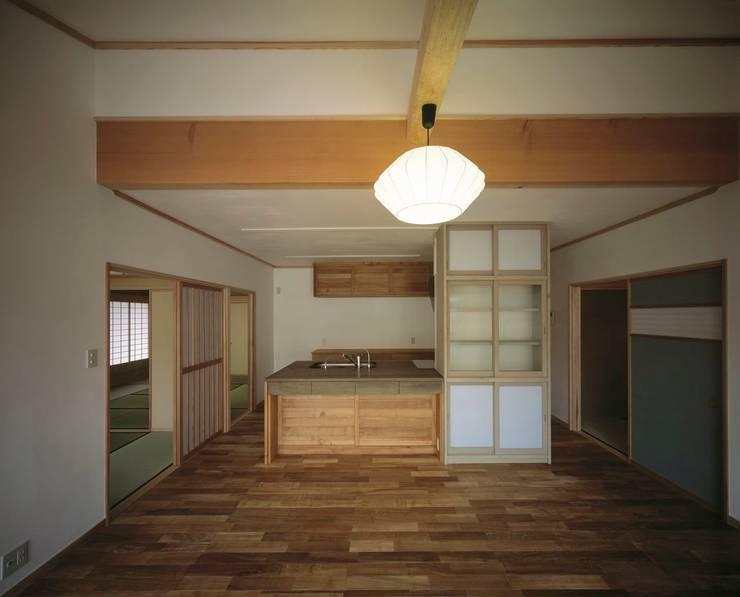 ダイニングから台所: 有限会社 住まい考房が手掛けたダイニングです。