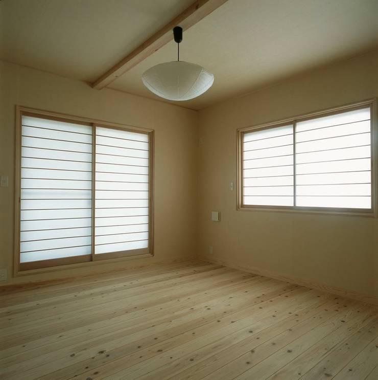 夫婦寝室: 有限会社 住まい考房が手掛けた寝室です。