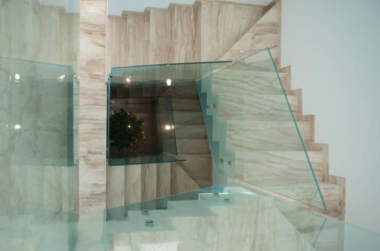 Casa Duato: Pasillos y vestíbulos de estilo  de 3 M ARQUITECTURA