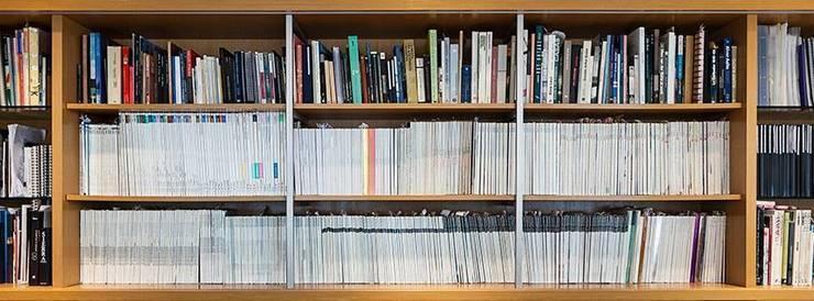 Biblioteca AND: Espaços comerciais  por AND Arquitetura,Moderno