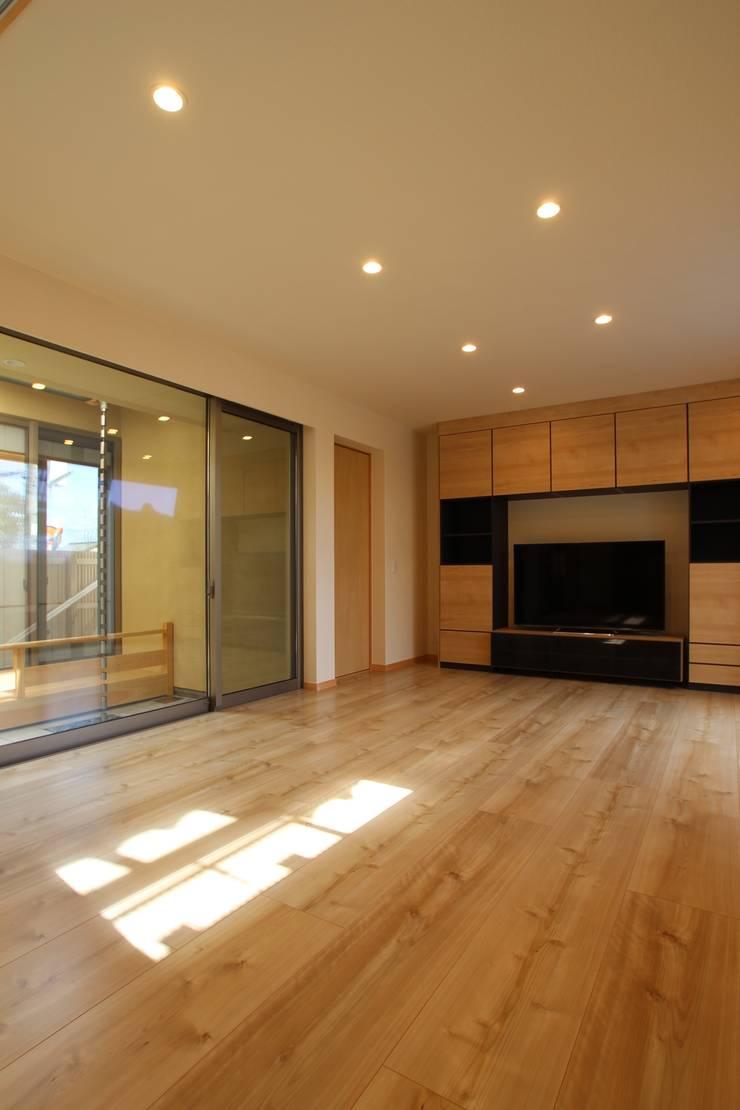 リビングルーム: ATS造家設計事務所が手掛けたリビングです。