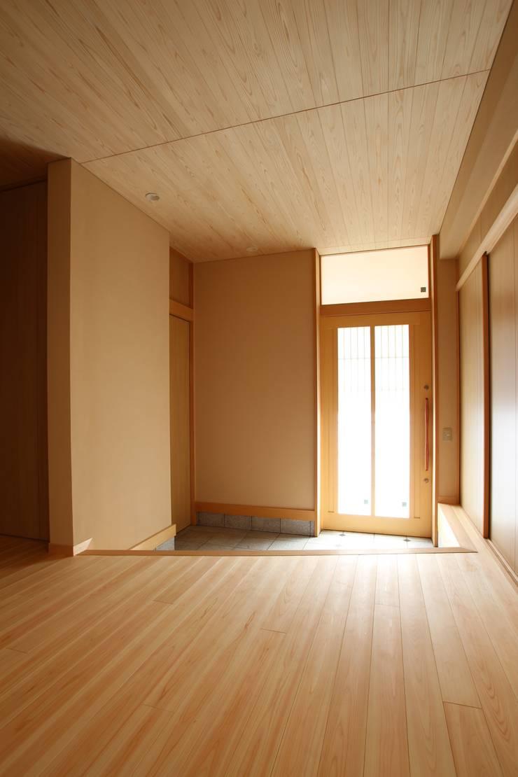 玄関: ATS造家設計事務所が手掛けた廊下 & 玄関です。