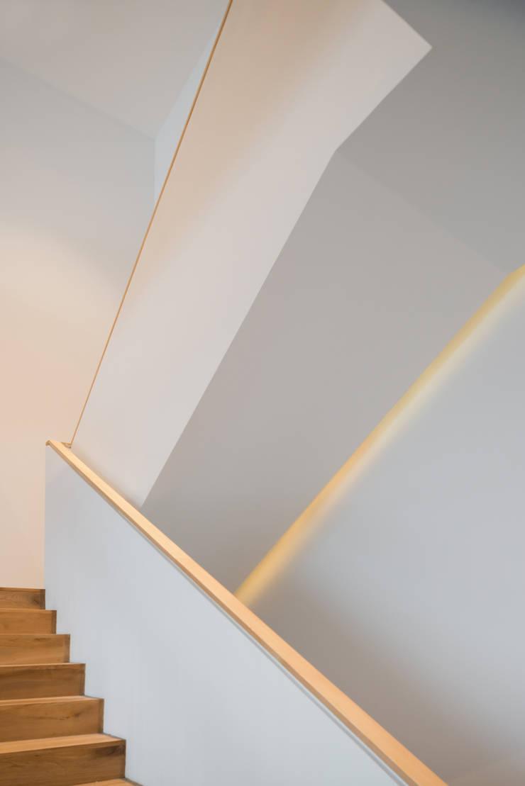 Конструктивный подход: Коридор и прихожая в . Автор – Monoloko design,