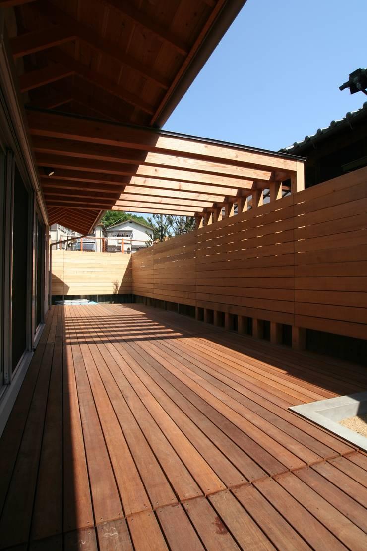 パーゴラのあるデッキテラス: ATS造家設計事務所が手掛けたテラス・ベランダです。