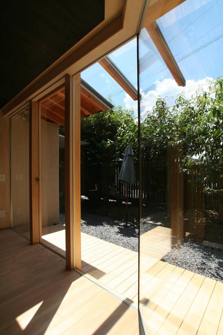 リビングから庭を望む: ATS造家設計事務所が手掛けたリビングです。