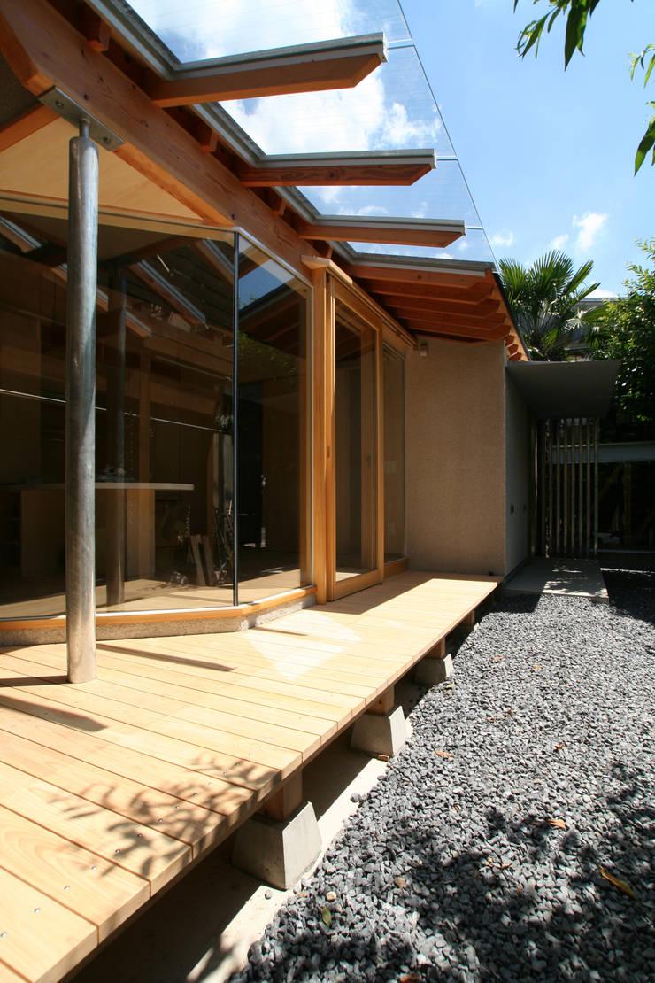 ガラス屋根のある縁先: ATS造家設計事務所が手掛けた家です。
