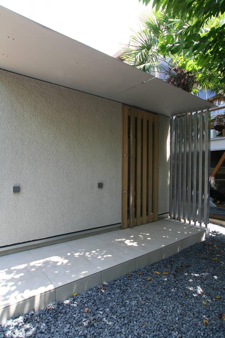 玄関ポーチ: ATS造家設計事務所が手掛けた家です。