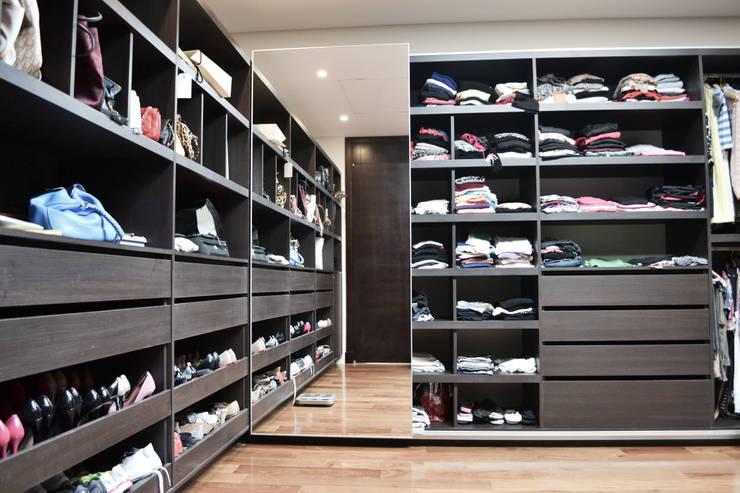 Vestidores y closets de estilo  por Estudio Arqt