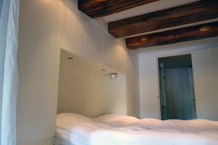 Loft Amsterdam: minimalistische Slaapkamer door De Ontwerpdivisie
