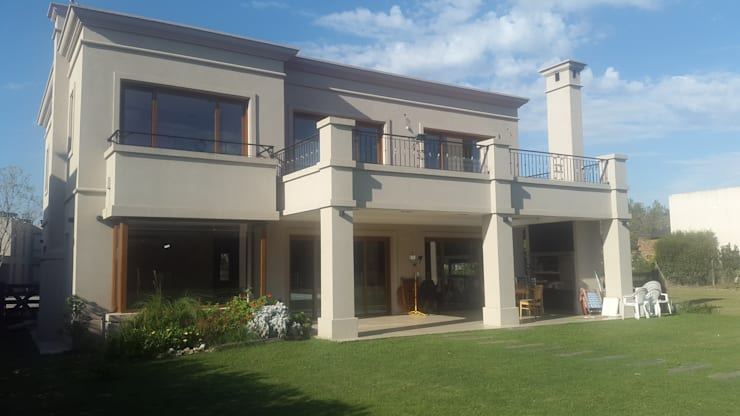 Casas de estilo clásico por Estudio Arqt