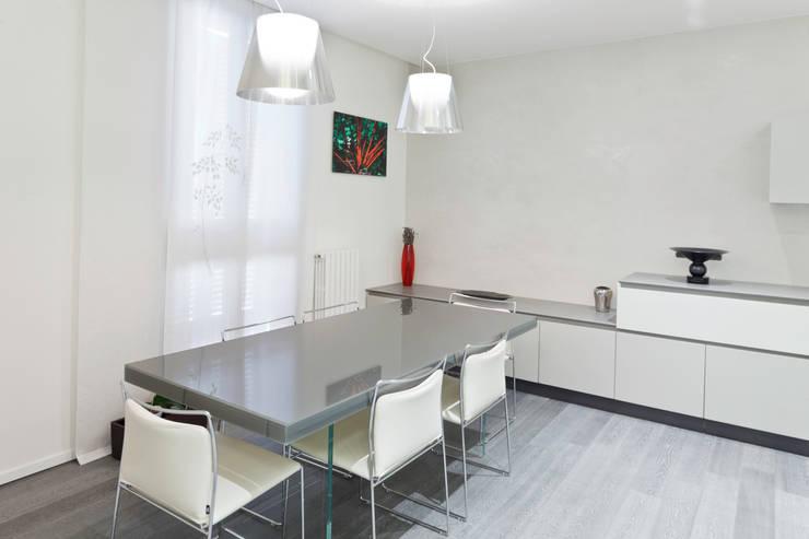 Appartamento a Bollate: Sala da pranzo in stile in stile Minimalista di bdastudio