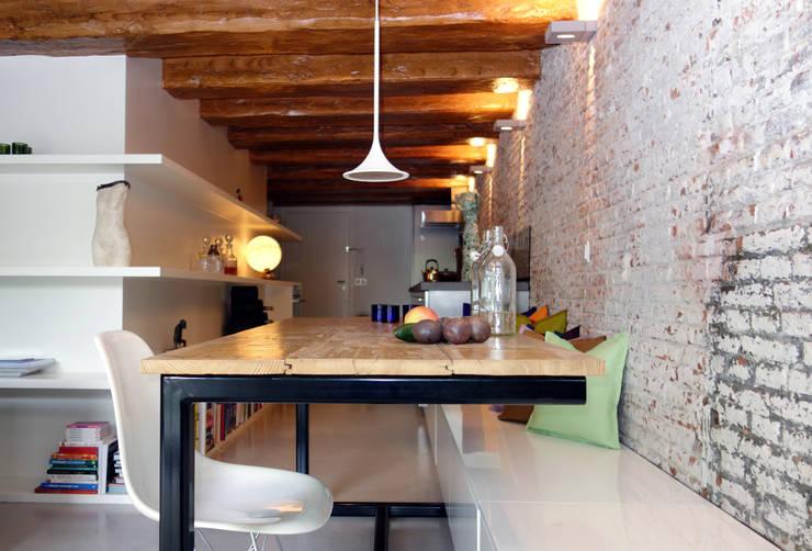 Loft Amsterdam: minimalistische Eetkamer door De Ontwerpdivisie