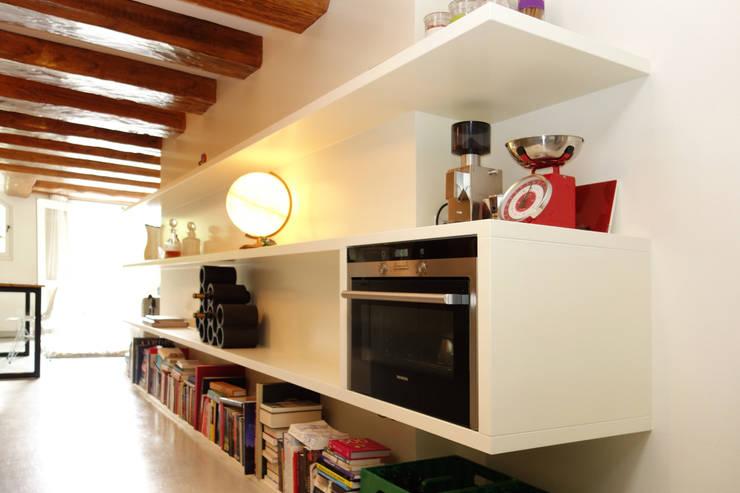 Loft Amsterdam: minimalistische Keuken door De Ontwerpdivisie