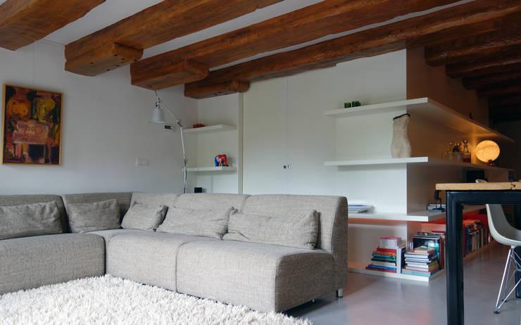 Loft Amsterdam: minimalistische Woonkamer door De Ontwerpdivisie