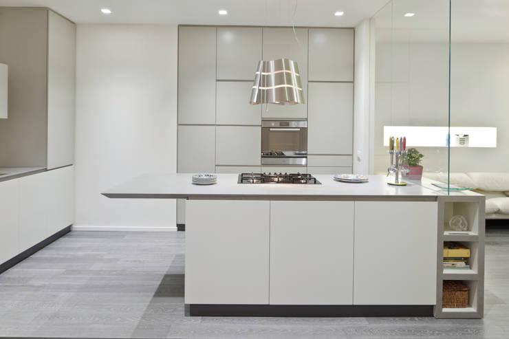 Appartamento a Bollate: Cucina in stile in stile Minimalista di bdastudio