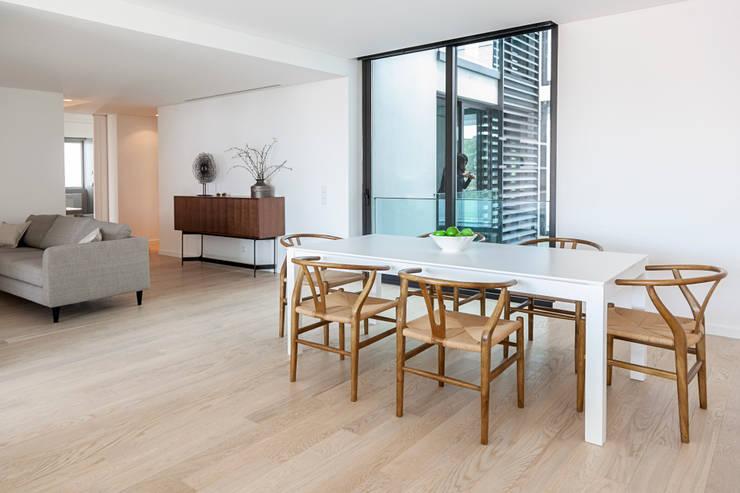 Sala de jantar - decoração apartamento Estoril: Sala de jantar  por Home Staging Factory