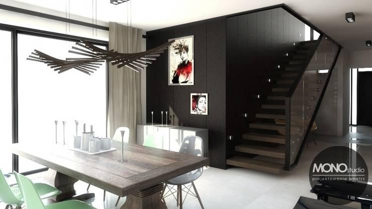 Nowoczesny dom o bardzo ciekawej formie, którego wnętrza korespondują z zewnętrzem.: styl , w kategorii Jadalnia zaprojektowany przez MONOstudio,Nowoczesny
