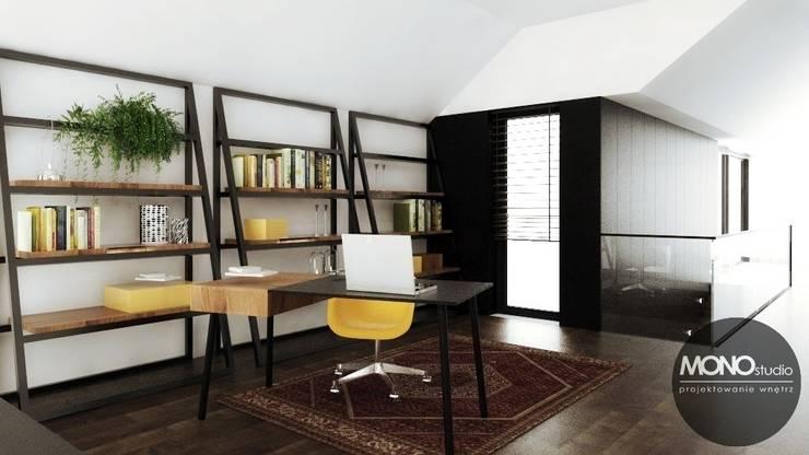 Nowoczesny dom o bardzo ciekawej formie, którego wnętrza korespondują z zewnętrzem.: styl , w kategorii Korytarz, przedpokój zaprojektowany przez MONOstudio