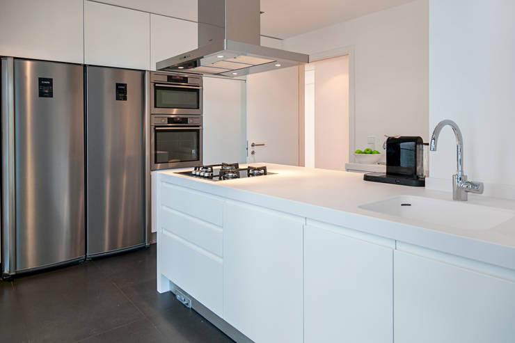 Cozinha - decoração apartamento Estoril: Cozinha  por Home Staging Factory