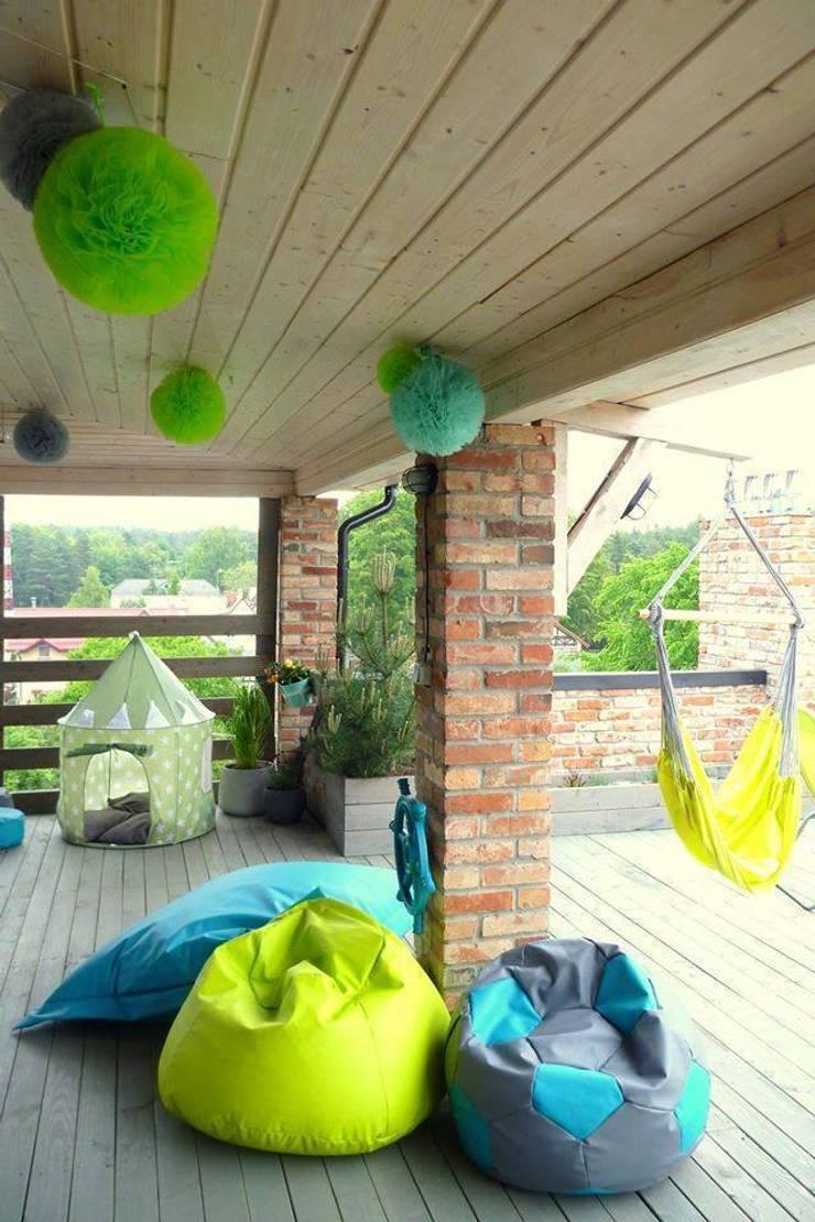 POMPONY TIULOWE, DEKORACJA WNĘTRZ : styl , w kategorii Balkon, weranda i taras zaprojektowany przez CHIC POM