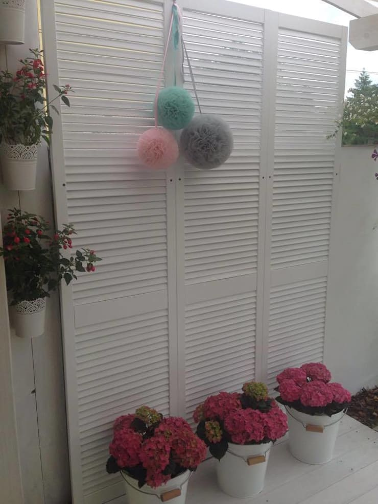 POMPONY TIULOWE ,DEKORACJA WNĘTRZ: styl , w kategorii Balkon, weranda i taras zaprojektowany przez CHIC POM