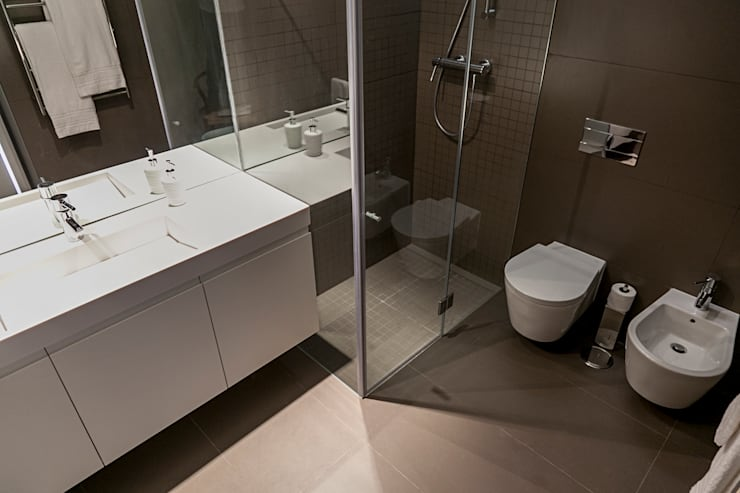 Casa de banho - decoração apartamento Estoril: Casa de banho  por Home Staging Factory