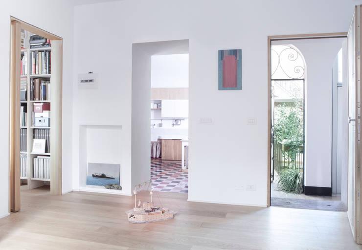 Ingresso: Ingresso & Corridoio in stile  di Giovanna Cavalli Architetto