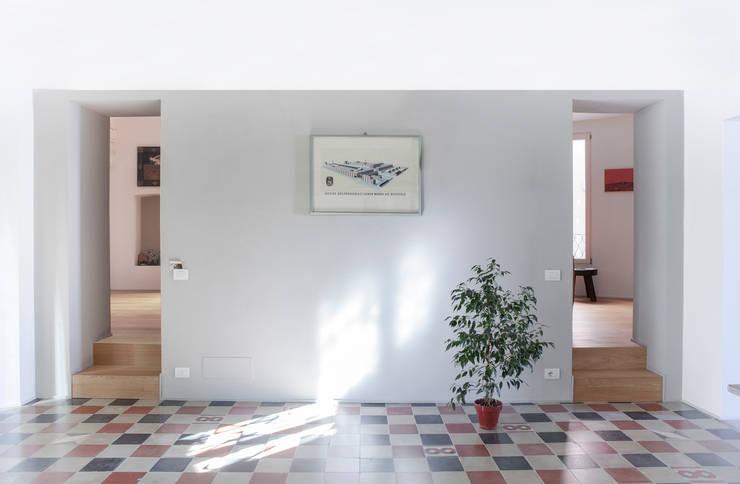 porte: Sala da pranzo in stile in stile Classico di Giovanna Cavalli Architetto