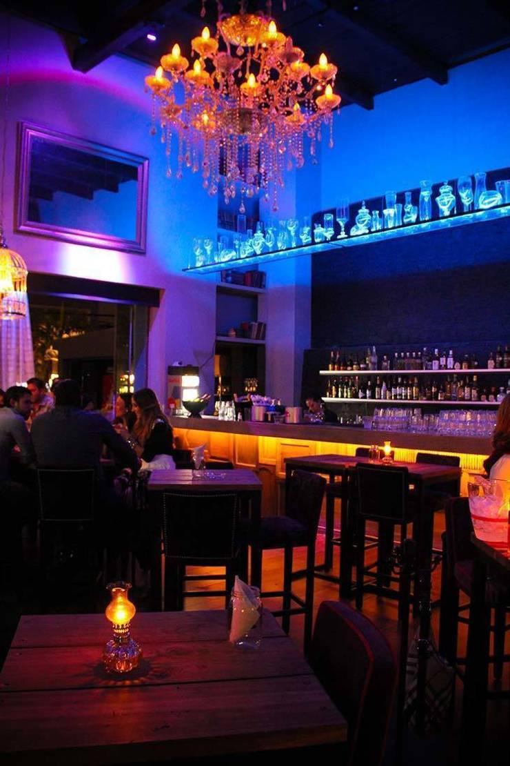 FOSTERS Bar-SteakHouse: Bares y discotecas de estilo  por Taller Habitat Arquitectos