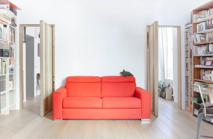 porte pivottanti nello studio: Studio in stile in stile Classico di Giovanna Cavalli Architetto