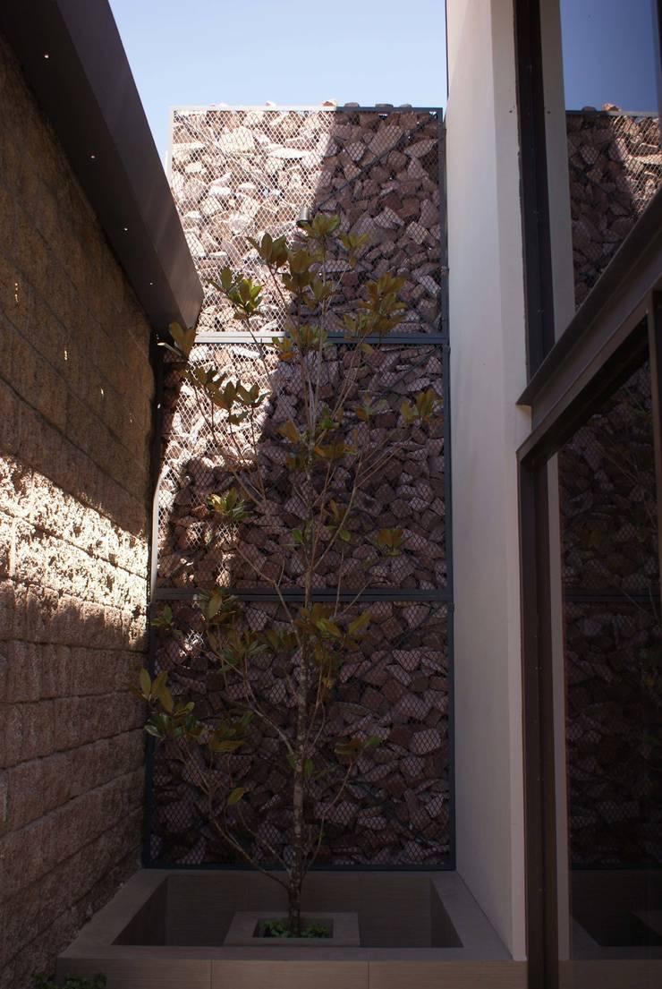 Santa María Dos: Paredes de estilo  por Taller Habitat Arquitectos