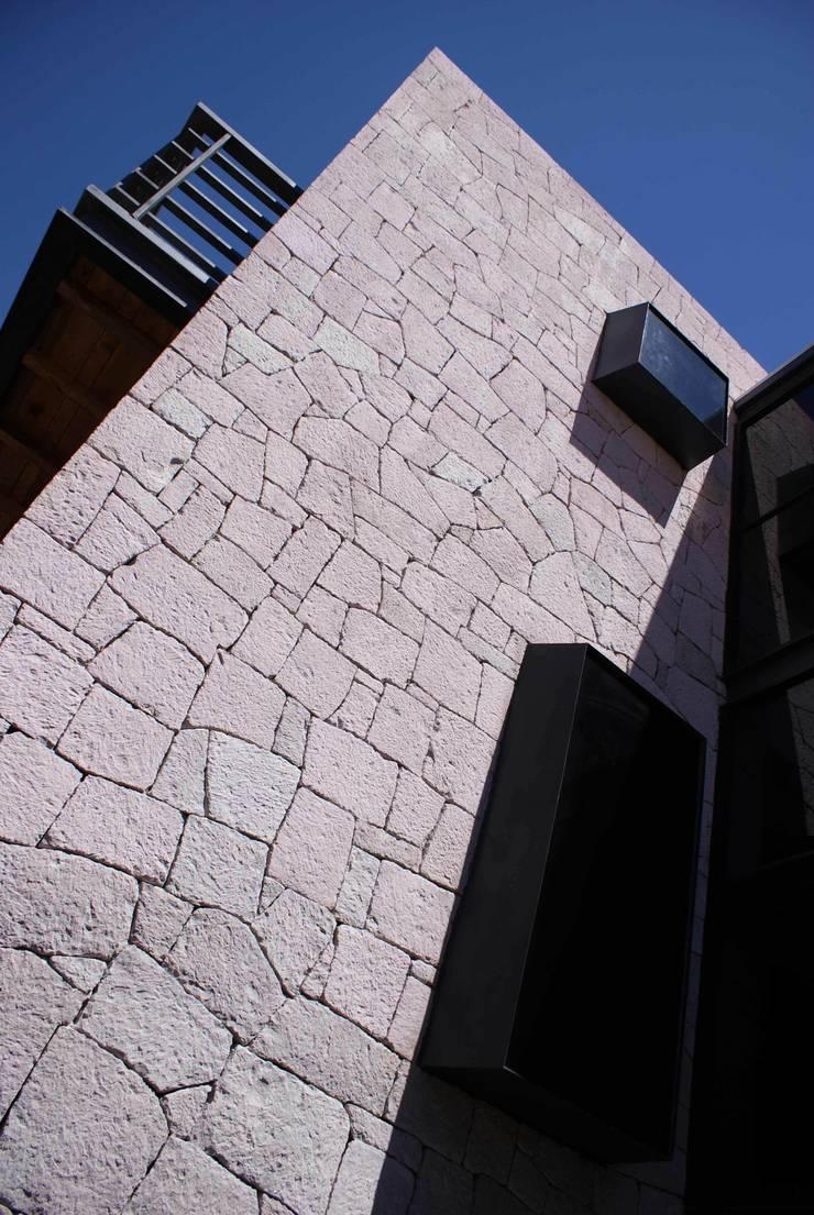 Santa María Dos: Ventanas de estilo  por Taller Habitat Arquitectos