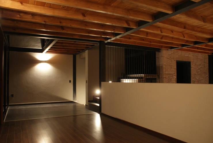 Santa María Dos: Pasillos y recibidores de estilo  por Taller Habitat Arquitectos