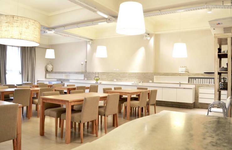 HOTEL EN MAR DEL PLATA: Gastronomía de estilo  por Estudio Arqt