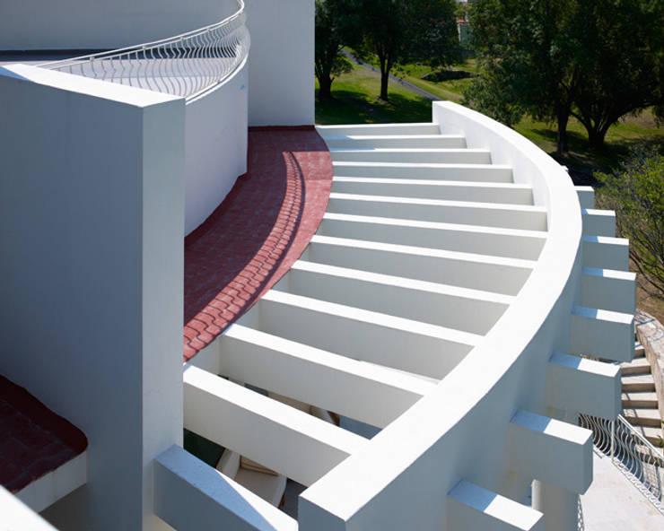 TERRAZA PLANTA ALTA: Terrazas de estilo  por Excelencia en Diseño