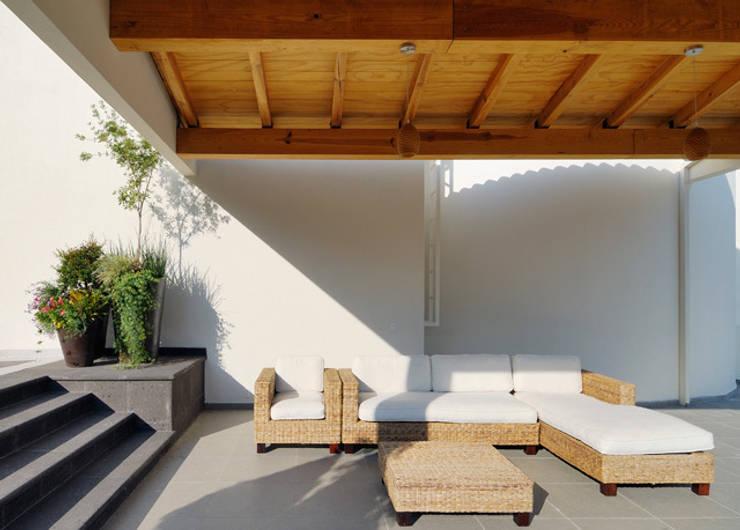 TERRAZA TECHADA: Terrazas de estilo  por Excelencia en Diseño