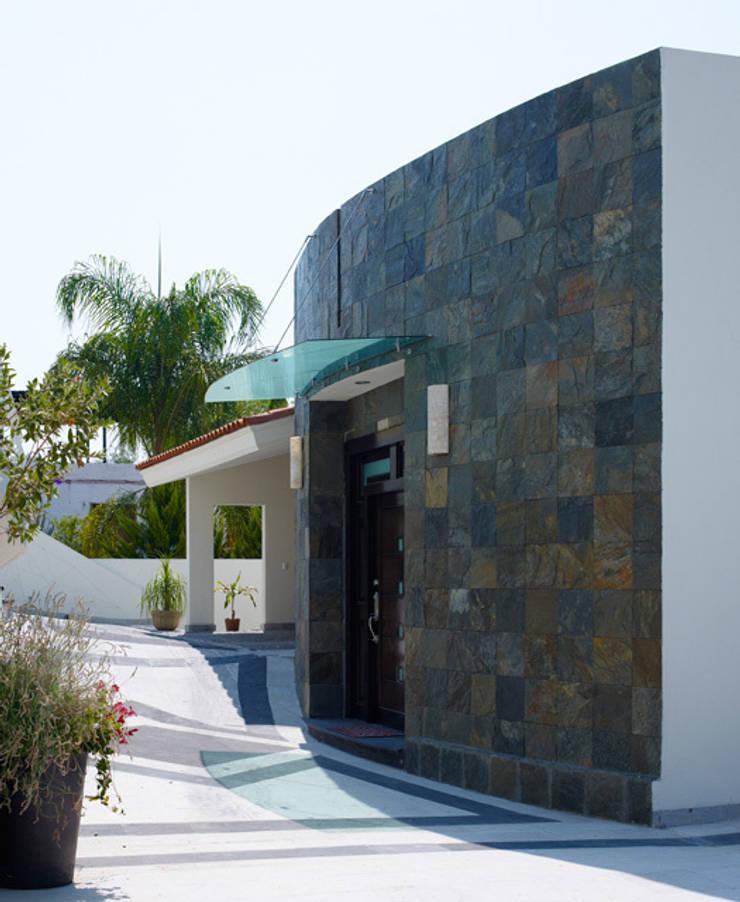 FAHCADA DE INGRESO PPAL.: Casas de estilo  por Excelencia en Diseño