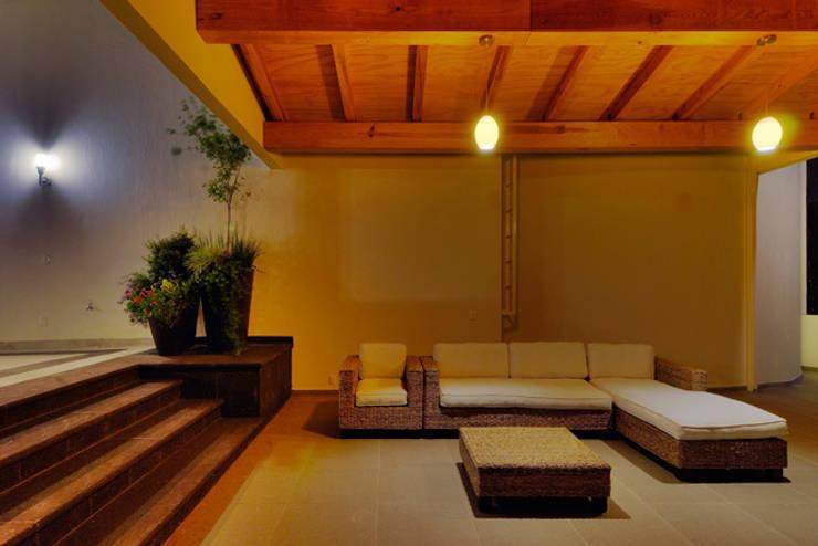 TERRAZA A EXTERIOR: Terrazas de estilo  por Excelencia en Diseño