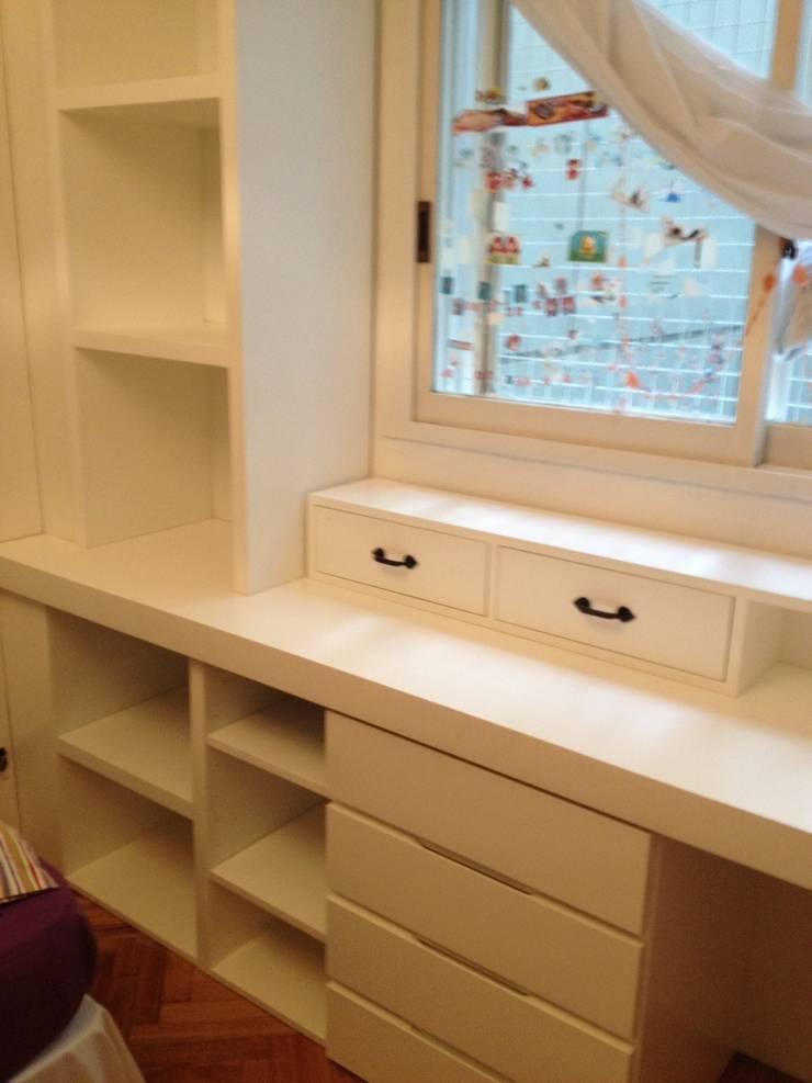 ESCRITORIO Y BIBLIOTECA: Dormitorios infantiles  de estilo  por BAIRES GREEN MUEBLES