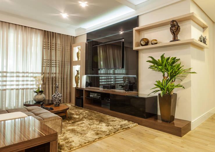 Sofisticação na sala de estar: Sala de estar  por msaviarquitetura,