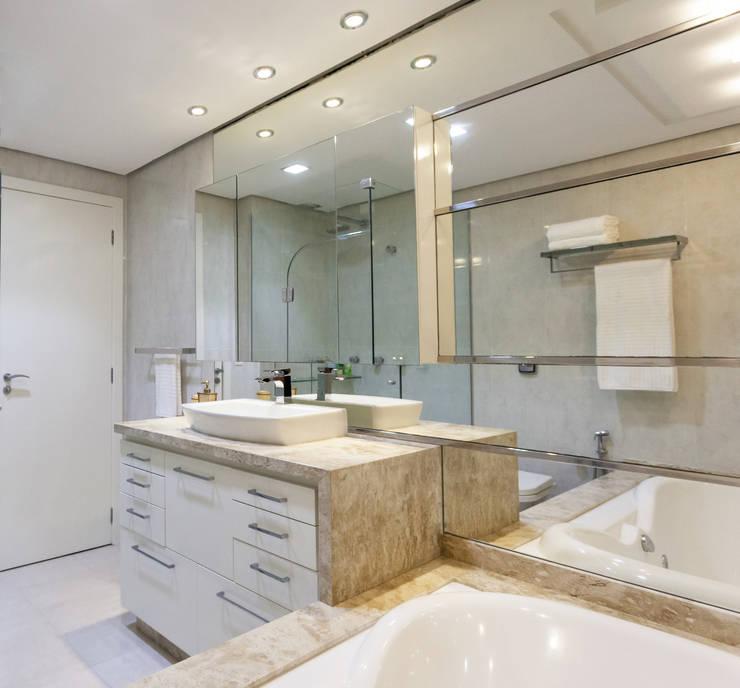 Baños de estilo moderno por msaviarquitetura