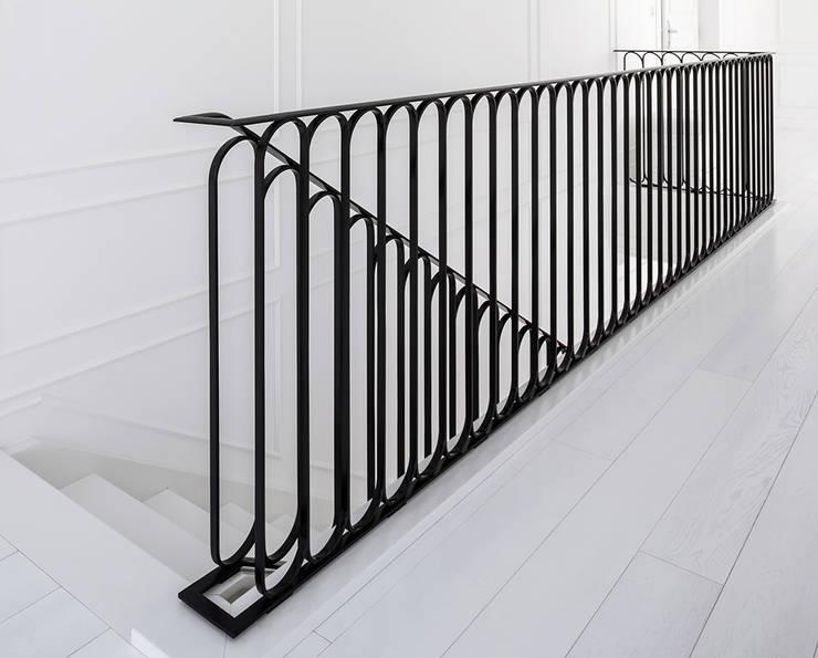 ST497 Białe schody gięte / ST497 White Curved Stairs: styl , w kategorii Korytarz, przedpokój zaprojektowany przez Trąbczyński,Klasyczny