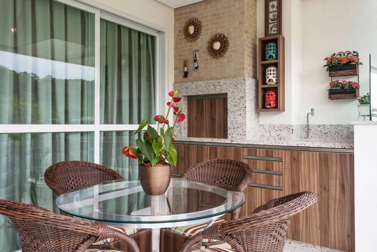 Revestimentos novos para a churrasqueira: Varanda, alpendre e terraço  por msaviarquitetura,
