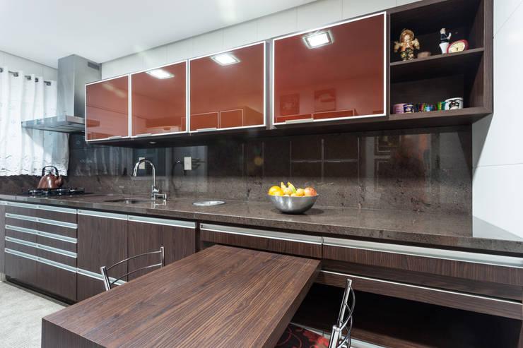 Uma cozinha prática: Cozinha  por msaviarquitetura,
