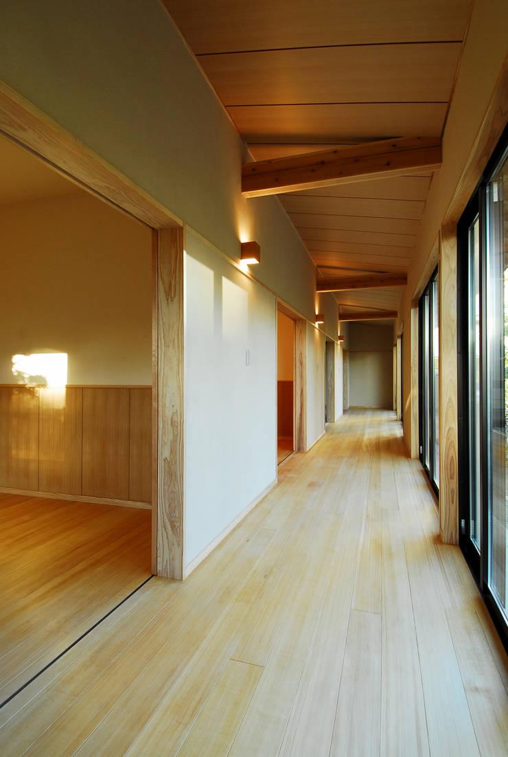 温品の家: エルイーオー設計室が手掛けた廊下 & 玄関です。