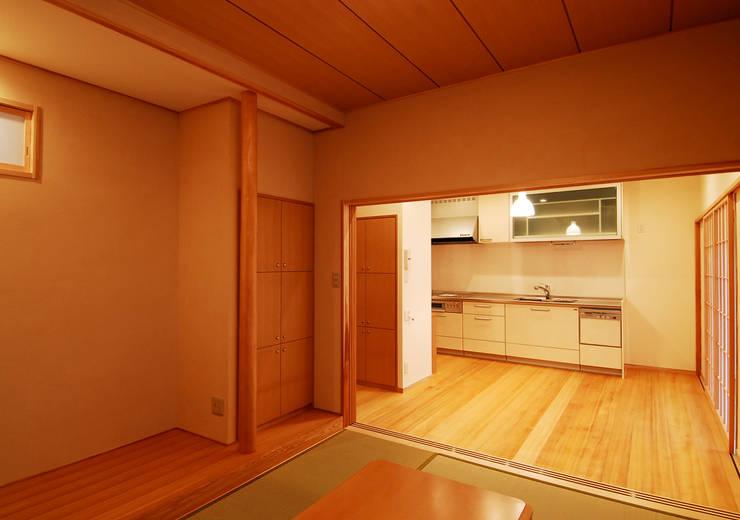 温品の家: エルイーオー設計室が手掛けたダイニングです。