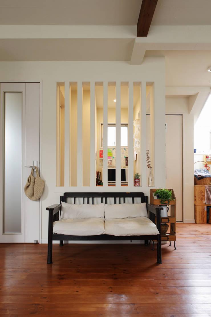 エントランスハウスシックな家: 有限会社タクト設計事務所が手掛けたリビングです。