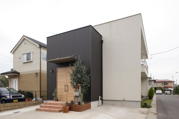 エントランスハウスシックな家: 有限会社タクト設計事務所が手掛けた家です。,モダン